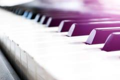 Τοπ άποψη των κλειδιών πιάνων στενό πιάνο πλήκτρων επάνω στενή μετωπική άποψη Πληκτρολόγιο πιάνων με την εκλεκτική εστίαση διαγών Στοκ Εικόνες