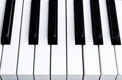 Τοπ άποψη των κλειδιών πιάνων στενό πιάνο πλήκτρων επάνω στενή μετωπική άποψη Πληκτρολόγιο πιάνων με την εκλεκτική εστίαση διαγών Στοκ εικόνες με δικαίωμα ελεύθερης χρήσης