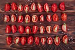 Τοπ άποψη των κόκκινων ντοματών περικοπών Juicy ντομάτες σε ένα ξύλινο υπόβαθρο Χορτοφάγος τρόπος ζωής Στοκ Εικόνα