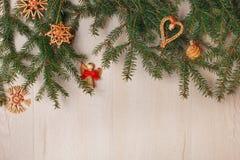 Τοπ άποψη των κλάδων χριστουγεννιάτικων δέντρων και των χειροποίητων διακοσμήσεων Στοκ Εικόνα
