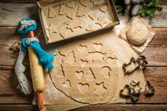 Τοπ άποψη των μπισκότων μελοψωμάτων για τα Χριστούγεννα σε χαρτί ψησίματος στοκ φωτογραφία με δικαίωμα ελεύθερης χρήσης
