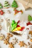 Τοπ άποψη των μπισκότων μελοψωμάτων Χριστουγέννων και των τσαντών ζύμης Στοκ εικόνες με δικαίωμα ελεύθερης χρήσης