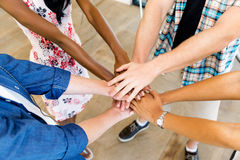Τοπ άποψη των νέων που βάζουν τα χέρια από κοινού στοκ εικόνα