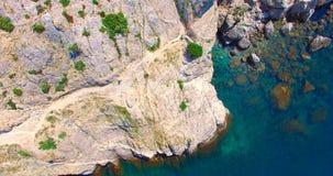 Τοπ άποψη των παράκτιων απότομων βράχων Στοκ Φωτογραφία