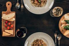 τοπ άποψη των πιάτων με τα διαφορετικά ζυμαρικά στοκ φωτογραφία με δικαίωμα ελεύθερης χρήσης