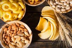 Τοπ άποψη των πιάτων με τα φυστίκια, τα καρύδια και άλλα πρόχειρα φαγητά κοντά στο W Στοκ φωτογραφία με δικαίωμα ελεύθερης χρήσης