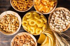 Τοπ άποψη των πιάτων με τα φυστίκια, τα καρύδια και άλλο νόστιμο sn μπύρας Στοκ Εικόνα