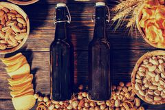 Τοπ άποψη των πιάτων με τα φυστίκια, τα καρύδια και άλλο νόστιμο sn μπύρας Στοκ Εικόνες
