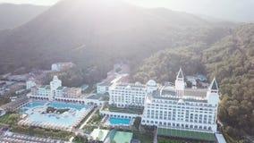 Τοπ άποψη των πισινών στην τροπική παραλία στο ξενοδοχείο πολυτελείας βίντεο Τοπ άποψη του ξενοδοχείου πολυτελείας στην παραλία απόθεμα βίντεο