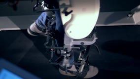Τοπ άποψη των ποδιών στα τζιν που παίρνουν εκπαιδευμένα από έναν ιατρικό προσομοιωτή περπατήματος φιλμ μικρού μήκους