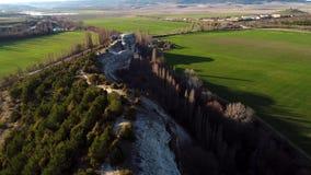 Τοπ άποψη των πράσινων τομέων και του τοίχου βράχου Πυροβολισμός Πανοραμική άποψη του φυσικού τοίχου πετρών με τα δέντρα στο υπόβ απόθεμα βίντεο