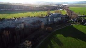 Τοπ άποψη των πράσινων τομέων και του τοίχου βράχου E Πανοραμική άποψη του φυσικού τοίχου πετρών με τα δέντρα στο υπόβαθρο των σπ απόθεμα βίντεο