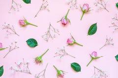 Τοπ άποψη των ρόδινων τριαντάφυλλων και των πράσινων φύλλων πέρα από το ρόδινο υπόβαθρο αφηρημένη ανασκόπηση floral Στοκ Φωτογραφία