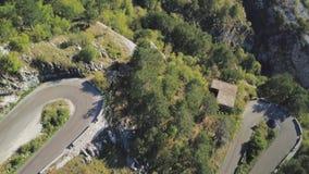 Τοπ άποψη των στροφών βουνών του δρόμου απόθεμα Επικίνδυνος και αιχμηρός ανοίγει το δρόμο βουνών με τις δασικές περιοχές Στο βουν φιλμ μικρού μήκους