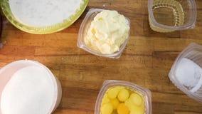 Τοπ άποψη των συστατικών για τις ζύμες: αλεύρι, αυγά, γάλα, και ζάχαρη σε ένα ξύλινο κλίμα r απόθεμα βίντεο