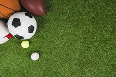 Τοπ άποψη των σφαιρών για το ποδόσφαιρο, την καλαθοσφαίριση, την αντισφαίριση, το μπέιζ-μπώλ και το αμερικανικό ποδόσφαιρο Στοκ Εικόνες