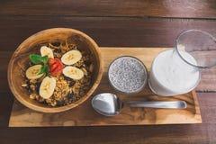 Τοπ άποψη των τακτοποιημένων σπόρων chia με το κουάκερ γάλακτος και oatmeal με τα κομμάτια μπανανών για το πρόγευμα ξύλινο tablet στοκ εικόνες με δικαίωμα ελεύθερης χρήσης