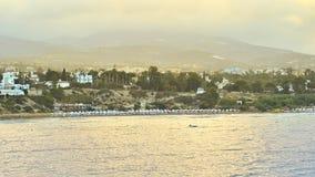 Τοπ άποψη των τραπεζών του κόλπου της Πάφος, Κύπρος, κατά τη διάρκεια της ανατολής πρωινού Το άτομο στη βάρκα στο πρώτο πλάνο Στοκ εικόνες με δικαίωμα ελεύθερης χρήσης