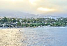 Τοπ άποψη των τραπεζών του κόλπου της Πάφος, Κύπρος, κατά τη διάρκεια της ανατολής πρωινού Το άτομο στη βάρκα στο πρώτο πλάνο Στοκ Εικόνες