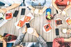 Τοπ άποψη των φίλων που πίνουν το cappuccino στο φραγμό καφετεριών Στοκ Εικόνες