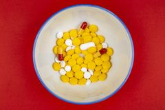 Τοπ άποψη των φαρμακευτικών χαπιών ιατρικής στο κύπελλο στοκ εικόνα με δικαίωμα ελεύθερης χρήσης