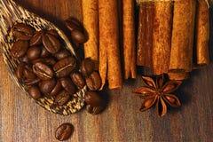 Τοπ άποψη των φασολιών καφέ, της ξηρών κανέλας και του γλυκάνισου στοκ εικόνες
