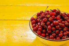 Τοπ άποψη των φρέσκων ώριμων κερασιών στο κύπελλο στο επιτραπέζιο υπόβαθρο ικανοποιημένο καρπού καλοκαίρι σπόρου ροδιών κόκκινο τ Στοκ Φωτογραφία