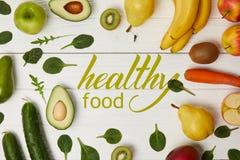 τοπ άποψη των φρούτων και λαχανικών στο ξύλινο υπόβαθρο με τη διαστημική, υγιή επιγραφή τροφίμων αντιγράφων στοκ φωτογραφία με δικαίωμα ελεύθερης χρήσης