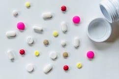 Τοπ άποψη των χαπιών στο άσπρο υπόβαθρο, το φάρμακο και τα χάπια καψών στο πάτωμα Στοκ Εικόνα