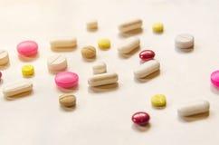 Τοπ άποψη των χαπιών στο άσπρο υπόβαθρο, το φάρμακο και τα χάπια καψών στο πάτωμα Στοκ φωτογραφία με δικαίωμα ελεύθερης χρήσης