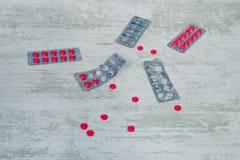 Τοπ άποψη των χαπιών στο άσπρο υπόβαθρο, των χαπιών φαρμάκων και καψών στο πάτωμα, το σωρό του φαρμάκου και τα χάπια στο άσπρο BA Στοκ φωτογραφία με δικαίωμα ελεύθερης χρήσης