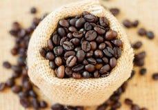 Τοπ άποψη των ψημένων φασολιών καφέ στην τσάντα γιούτας Στοκ Εικόνα