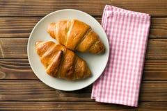 Τοπ άποψη των croissants στο πιάτο Στοκ εικόνα με δικαίωμα ελεύθερης χρήσης