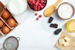 Τοπ άποψη υποβάθρου τροφίμων Χλεύη επάνω με τα συστατικά για το μαγείρεμα της πίτας ή της τηγανίτας στο άσπρο υπόβαθρο : Θερινό μ στοκ φωτογραφία