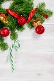 Τοπ άποψη υποβάθρου Χριστουγέννων άσπρη ξύλινη Στοκ φωτογραφία με δικαίωμα ελεύθερης χρήσης