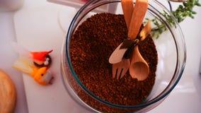 Τοπ άποψη φασολιών καφέ σχετικά με το καθαρό άσπρο υπόβαθρο με τη σύνθεση των φλυτζανιών καφέ, ζωηρόχρωμα πουλιά, λαμπτήρες, κήπο στοκ εικόνες