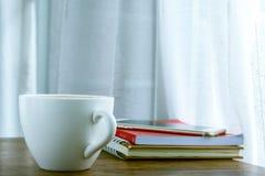 Τοπ άποψη φλυτζανιών καφέ σχετικά με τον ξύλινο πίνακα Στοκ εικόνες με δικαίωμα ελεύθερης χρήσης