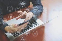 τοπ άποψη, χέρι επιχειρησιακών ατόμων που χρησιμοποιεί το έξυπνο τηλέφωνο, lap-top, σε απευθείας σύνδεση τράπεζα Στοκ Εικόνα