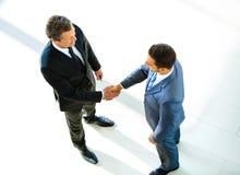 Τοπ άποψη χεριών ενός δύο επιχειρηματιών τινάγματος στοκ φωτογραφία με δικαίωμα ελεύθερης χρήσης