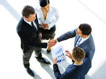 Τοπ άποψη χεριών ενός δύο επιχειρηματιών τινάγματος στοκ εικόνα με δικαίωμα ελεύθερης χρήσης