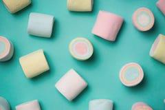 Τοπ άποψη χρωματισμένο κρητιδογραφία marshmallow σε ένα μπλε υπόβαθρο ελάχιστο στοκ φωτογραφίες