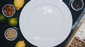Τοπ άποψη: χύστε ένα πιάτο της μαρμελάδας με το αχλάδι, το σύκο και το επιδόρπιο 4K απόθεμα βίντεο