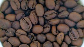 Τοπ άποψη - ψημένη περιστροφή φασολιών καφέ απόθεμα βίντεο