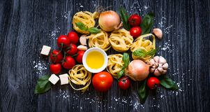 Τοπ άποψη όλου του απαραίτητου τμήματος τροφίμων για να κάνει ένα κλασικό ι στοκ εικόνες