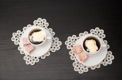 Τοπ άποψη δύο κουπών του καφέ με το παγωτό σε ένα πιατάκι με την τουρκική απόλαυση Δαντελλωτός πετσέτες, μαύρος πίνακας Στοκ Εικόνα