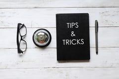 Τοπ άποψη eyeglasses, του κουδουνιού δαχτυλιδιών, της μάνδρας και του σημειωματάριου που γράφονται με τις ΑΚΡΕΣ & τα ΤΕΧΝΑΣΜΑΤΑ σ στοκ εικόνες