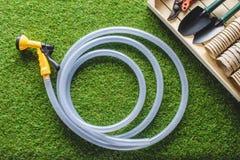 τοπ άποψη hosepipe και του εξοπλισμού κηπουρικής στοκ φωτογραφία με δικαίωμα ελεύθερης χρήσης