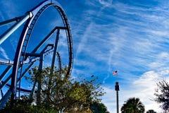 Τοπ άποψη rollercoaster και ουρανού του πύργου με την ΑΜΕΡΙΚΑΝΙΚΗ σημαία σε Seaworld στη διεθνή περιοχή Drive στοκ εικόνα