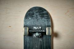 Τοπ άποψη skateboard στο ξύλινο υπόβαθρο Στοκ εικόνες με δικαίωμα ελεύθερης χρήσης