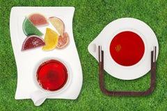 Τοπ άποψη teapot και των φλυτζανιών του τσαγιού με τα γλυκά Στοκ Φωτογραφία